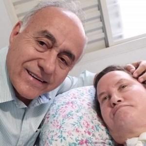 """Bocalom parabeniza esposa internada há 5 anos na UTI: """"Não vamos desistir da cura"""""""