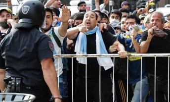 Torcedores de Diego Maradona discutem com a polícia para entrar na Casa Rosada, para velar o corpo de Maradona [Foto: Alejandro Pagni/AFP]