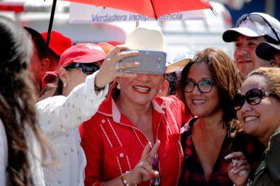 Jóvenes-se-hacen-una-selfie-con-Ximara-Castro