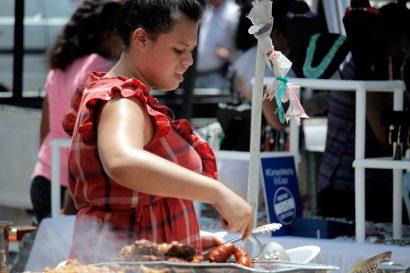 -Vendedora-de-comida-en-el-parque-central-de-San-Pedro-Sula