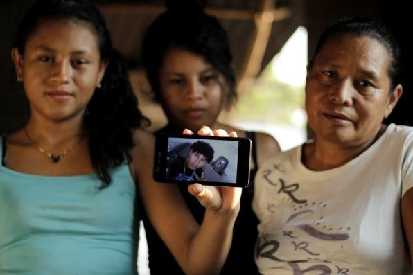 Donatila Banegas, madre de Javier Banegas (18) preso en El Progreso, Yoro. En la fotografía con sus hijas, hermanas de Javier.