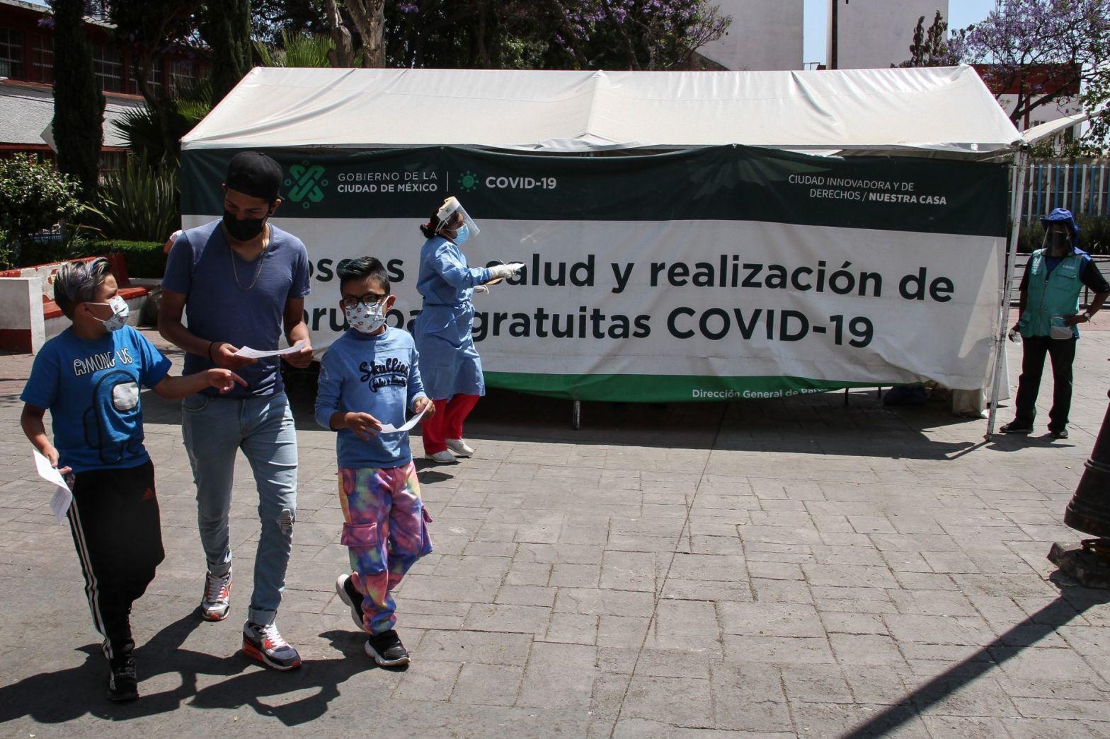 niños y adolescentes en quiosco de pruebas covid-19