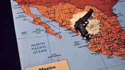 pistola sobre el mapa de mexico hace referencia al crimen y la seguridad nacional