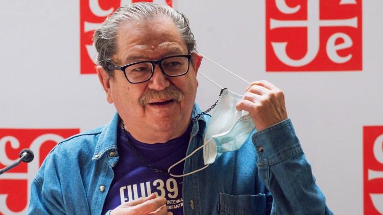 el escritor, historiador y literato Paco Ignacio Taibo II se quita la mascarilla durante un evento