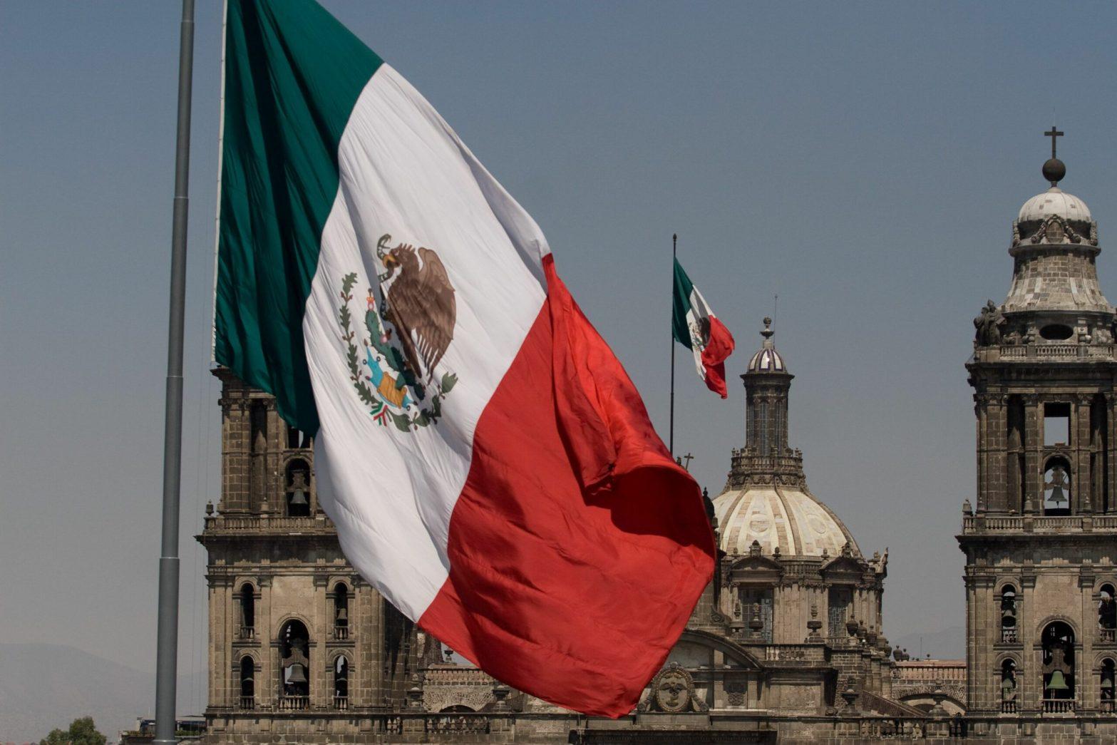 Banderas de México, al fondo la Catedral