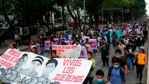 Imagen de una marcha por la desaparición forzada de 43 estudiantes de la de la Escuela Normal Rural Raúl Isidro Burgos, de Ayotzinapa, Guerrero.