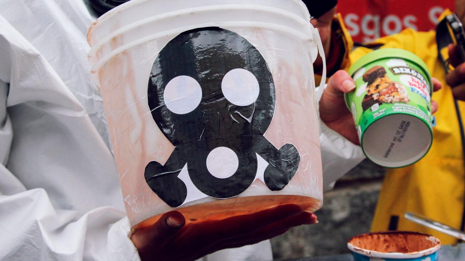 Imagen de una calavera en un bote blanco para manifestar el descontento con los agroquímicos