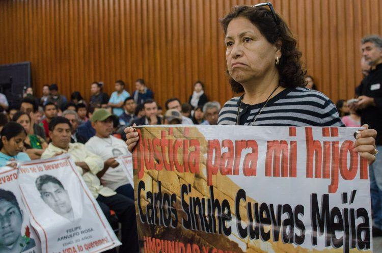 madre de Carlos Sinhué alzó una pancarta para pedir justicia por la muerte de su hijo
