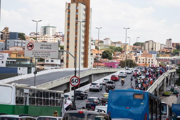 A marcha atravessou a cidade através da Avenida Cristiano Machado. Fotografia: Lucas D'Ambrosio