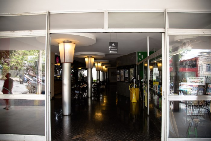 Livraria e cafeteria completam o ambiente formado pelas três salas de cinema do Cine Belas Artes. Fotografia: Lucas D'Ambrosio/Jornal Contramão