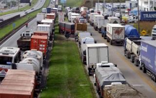Caminhoneiros podem parar por 12 horas nesta quarta