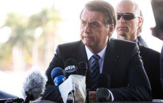 """Bolsonaro diz que está chateado e acusa o PT de ir """"para cima"""" de filho Carlos"""