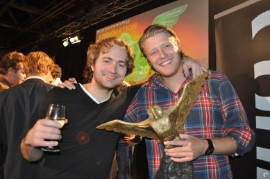 Vincent van Geel en Bram van Lith met de Dutch Game Award voor Best Online Game. Beiden zijn niet meer actief voor de studio.