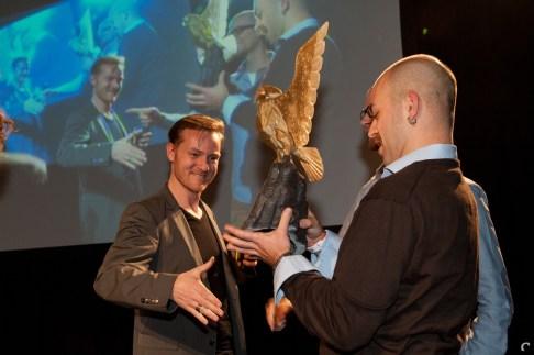 Eric Bartelson (Control Magazine) feleciteert Adriaan de Jongh en Bojan Endrovski (Game Oven) met hun award