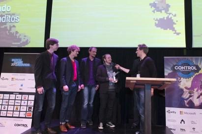 Jesse van Dijk (Bungie) reikt de uil uit voor Best Art Direction aan Ostrich Banditos