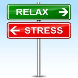Ilustración sobre dos señales que señalan en una dirección estrés y en otra relax