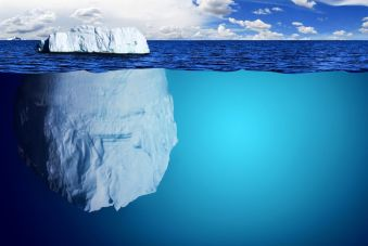 Foto de un icerbeg donde se diferencia la parte superior de la parte inferior, mucho más voluminosa