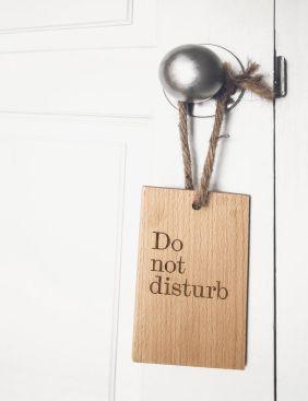 """Cartel de """"No Molestar"""" colgado en una puerta"""