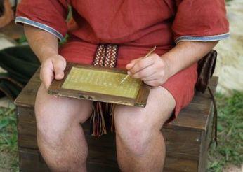 Escriba egipcio escribiendo en una tableta