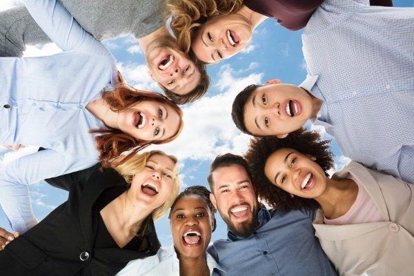 Grupo de personas felices en circulo