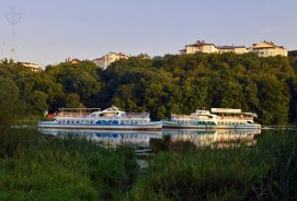 Barcos de recreo en el rio