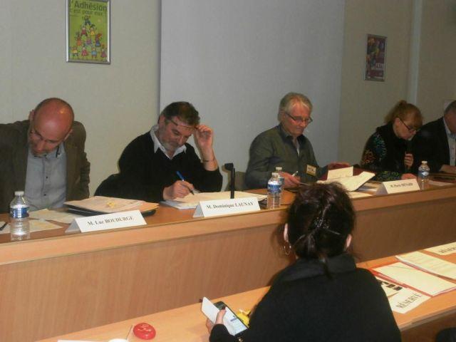 Deuxième table ronde: Luc Boudurge, ancien Vice -président Transports de la région Auvergne, Dominique Launay Secrétaire général de l'UIT, Pierre Ménard (pour Convergence Rail Normandie) , Laurence Mauriaucourt (journaliste animatrice du débat)