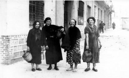 Mujeres con garrafas y lecheras el día de la entrada de las tropas franquistas en Barcelona. - (Archivo Basilio Martín Patino)