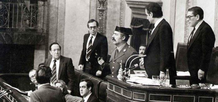 el-teniente-coronel-antonio-tejero-pistola-en-mano-irrumpe-congreso-de-los-diputados
