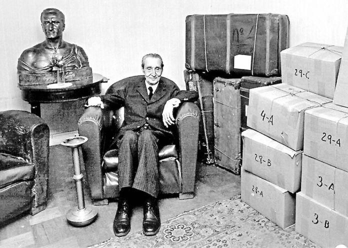 El 15 de diciembre de 1979 volvía el lehendakari Leizaola de un exilio de 43 años para transmitir la legalidad del Gobierno Vasco a las nuevas autoridades vascas. En la fotografía el Lehendakari Leizaola en la sede del Gobierno Vasco en París, junto al busto del Lehendakari Aguirre, preparado para el regreso.