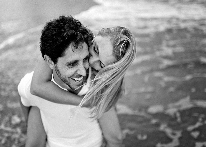Casal posando para a foto no mar, foto espontânea resultado de técnicas de direção de pessoas, fotografia Robison Kunz