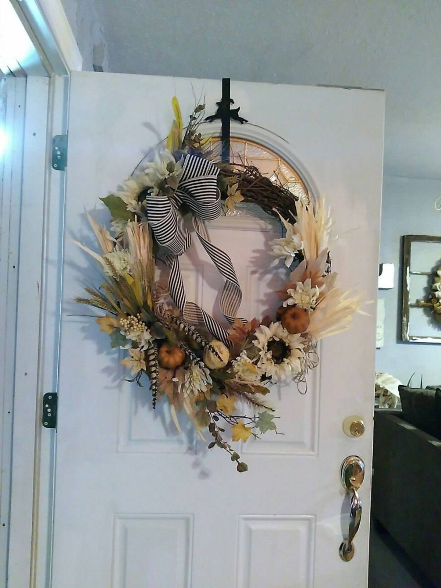 Stylish Fall Wreaths Ideas With Corn And Corn Husk For Door 25