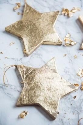 Adorable Gold Christmas Decoration Ideas 27
