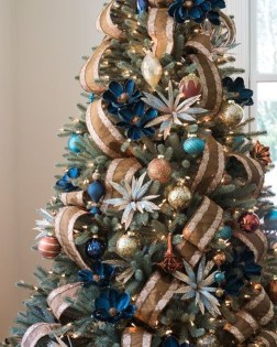 Adorable Gold Christmas Decoration Ideas 30