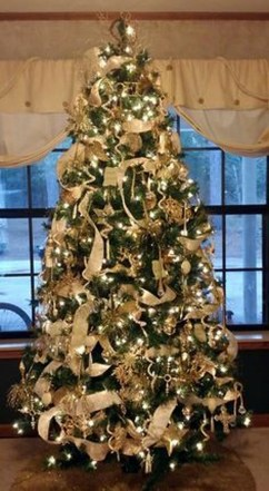 Adorable Gold Christmas Decoration Ideas 35