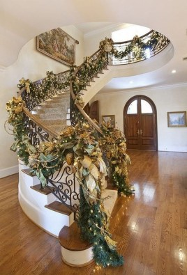 Beautiful Christmas Stairs Decoration Ideas 15