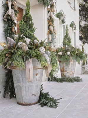 Cozy Rustic Outdoor Christmas Decor Ideas 35