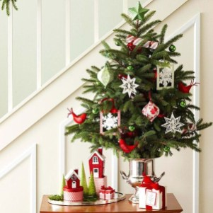 Gorgeous Ways To Decorate Your Stairs In This Christmas Ideas 31