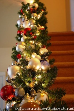 Gorgeous Ways To Decorate Your Stairs In This Christmas Ideas 50