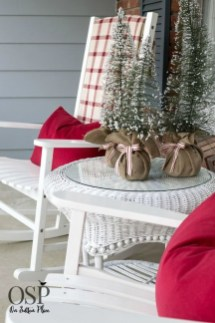 Stunning Balcony Decor Ideas For Christmas 47