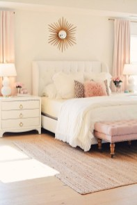Pretty Farmhouse Master Bedroom Decorating Ideas 10