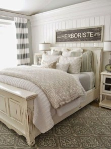 Pretty Farmhouse Master Bedroom Decorating Ideas 12