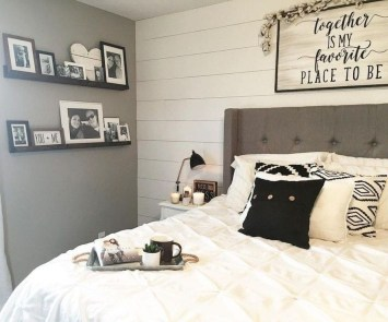 Pretty Farmhouse Master Bedroom Decorating Ideas 14