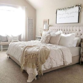 Pretty Farmhouse Master Bedroom Decorating Ideas 31