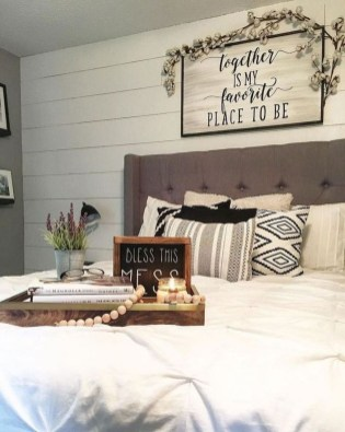 Pretty Farmhouse Master Bedroom Decorating Ideas 40