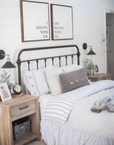 Pretty Farmhouse Master Bedroom Decorating Ideas 51