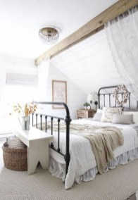 Pretty Farmhouse Master Bedroom Decorating Ideas 53