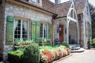 Awesome French Country Exterior Design Ideas For Home 30