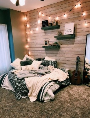 Minimalist Bedroom Decorating Ideas For Small Spaces 33