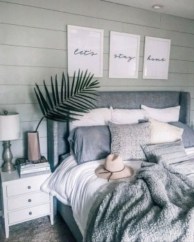 Minimalist Bedroom Decorating Ideas For Small Spaces 46