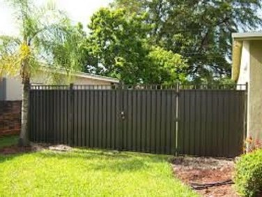 Gorgeous Black Wooden Fence Design Ideas For Frontyards 29